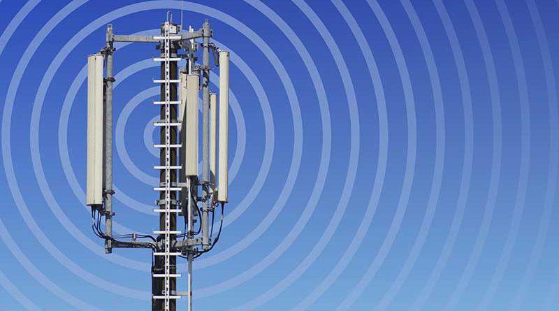 Funkwellen von einem Funkmast gesendet.