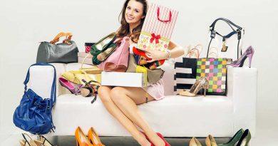 Frau auf Couch mit unzähligen paaren Schuhen - Pumps, Stilettos, Peeptoes und Stöckelschuhe.