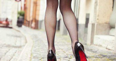 Frau mit Netzstrümpfen und Louboutin Stilettos.