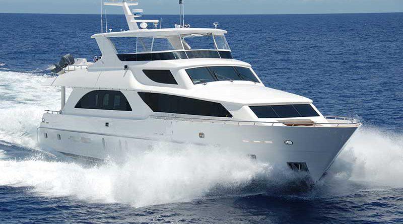 Yacht fährt auf offener See.