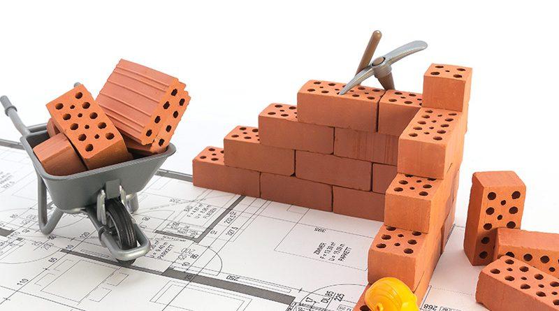 Ziegelsteine und Handwerk auf dem Bau.