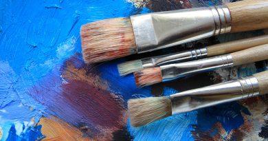 Kreative Malerei mit Pinsel und Ölfarben.