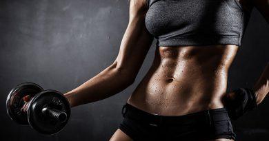 Schweisstreibender Fitnesssport und Hanteltraining zum Muskelaufbau.
