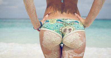 Mit fröhlichem Bikini an brasilianischem Sandstrand.
