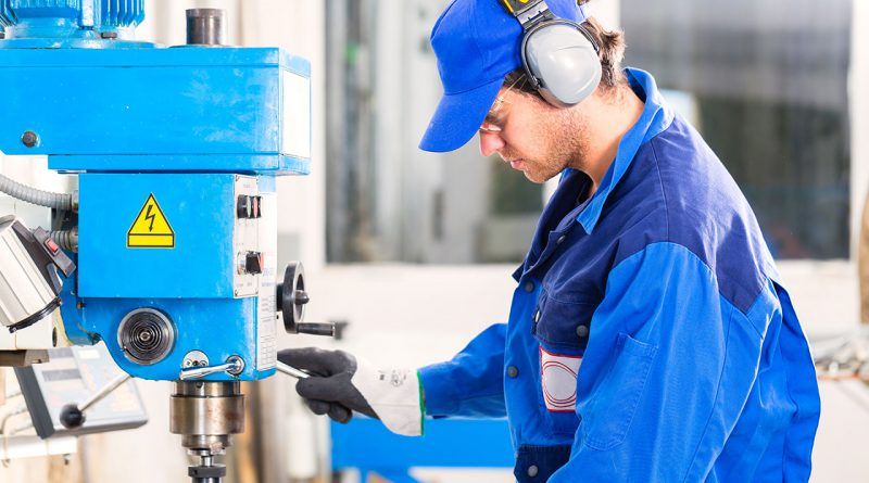 Ohrenschutz, Arbeitskleidung und Arbeitsschutz garantieren betriebliche Sicherheit.