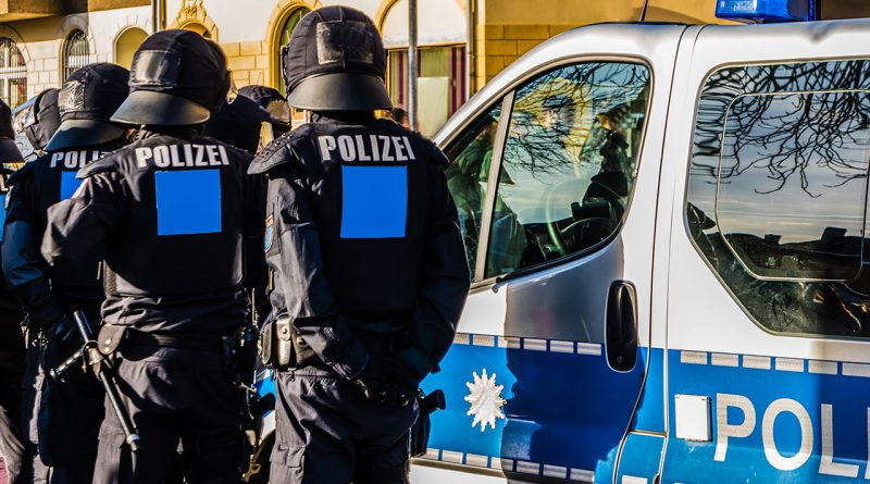 Polizei, Militär und Security.