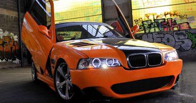 Autotuning - Auto mit Flügeltüren und verchromten Reifen.