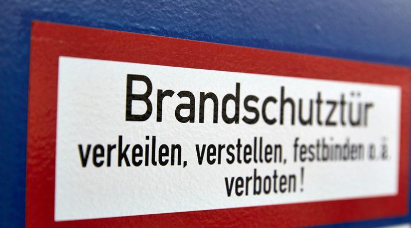 Vorbeugender Brandschutz: Rauchschutztüren, Rohrabschottungen und Löschwasserschotts und Flucht- und Rettungssysteme.