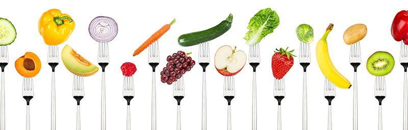 Gemüse und Obst auf Gabel.