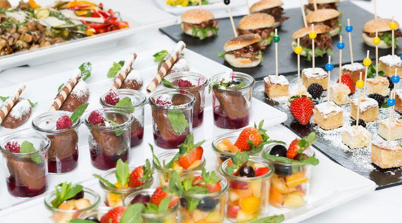 Feine Desserts und kleine Appetithäppchen.