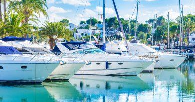 Boote im Hafen und Luxusyachten.