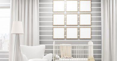 Kinderzimmer mit Schaukelpferd und Babybett.