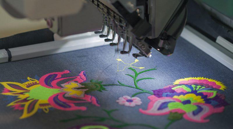 Stickmaschinen bearbeiten Stoffe. Textile und flexible Materialien.