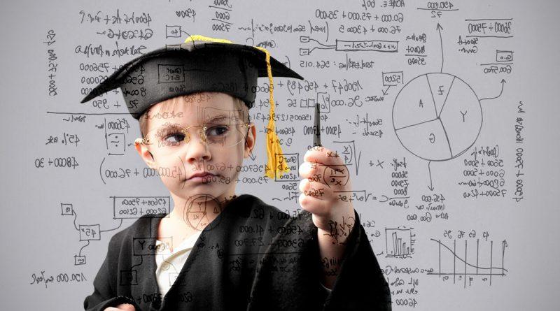 Lernen heute - Trends und Entwicklung. Kind mit Talar schreibt Formeln.