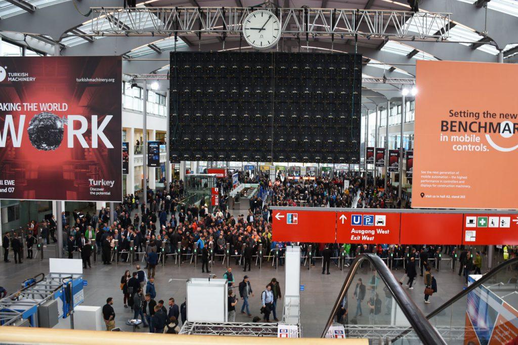 bauma 2019 Messe München Eingang West, 30 Minuten vor Messebeginn